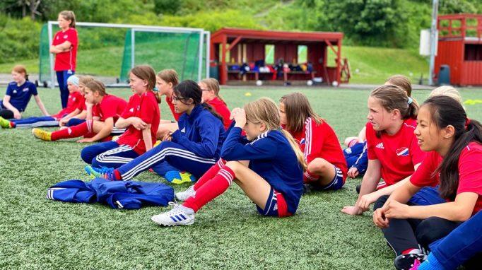 Jenter født i 2009 og 2010 på fotballcampen til Hasle-Løren.
