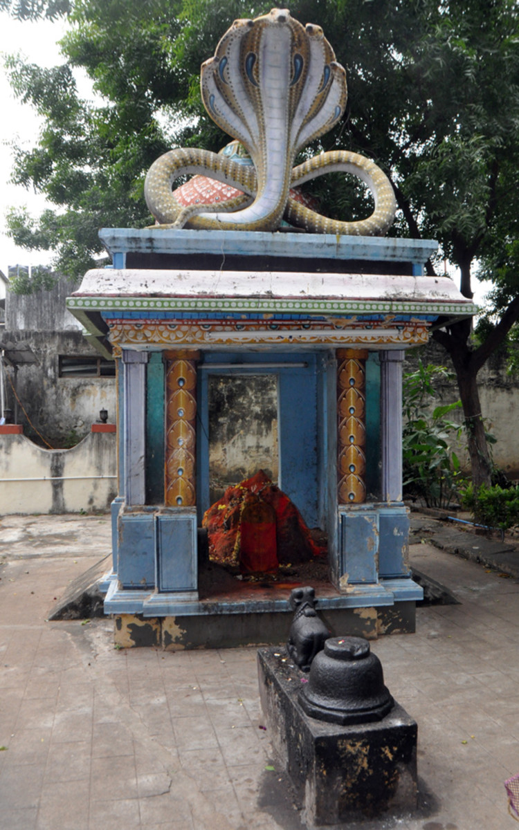 Un mandap construido sobre un hormiguero al lado del templo. El hormiguero es más antiguo que el templo y, cuando se estaba roto, los trabajadores volvieron ciegos. Curado ellos, Swami aconsejó Lokanatha dejar el hormiguero sea. Entonces A mandap fue construido.