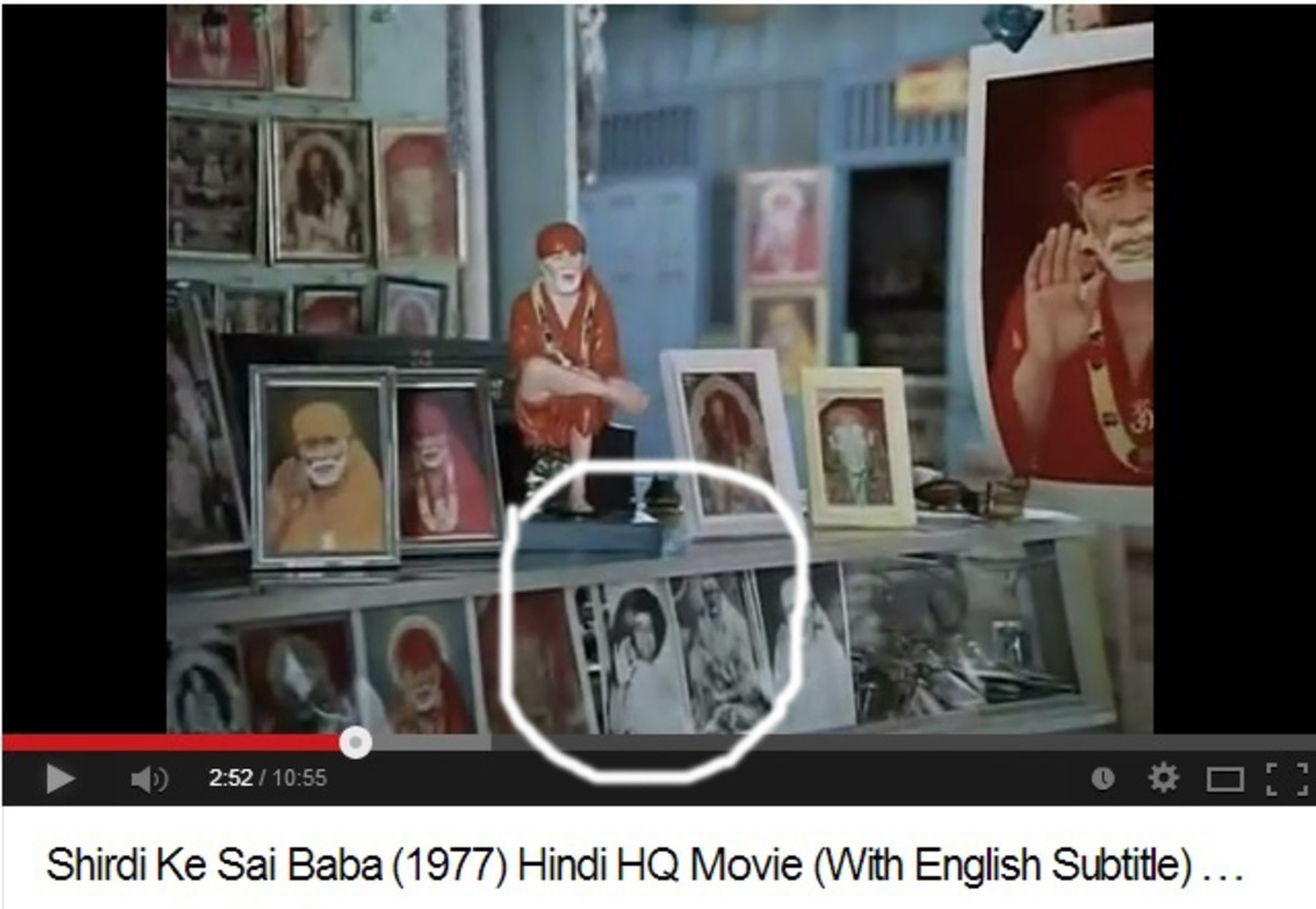 En los primeros disparos, fotos de Sri Sathya Sai Baba se pueden ver junto a las de Shirdi Baba.