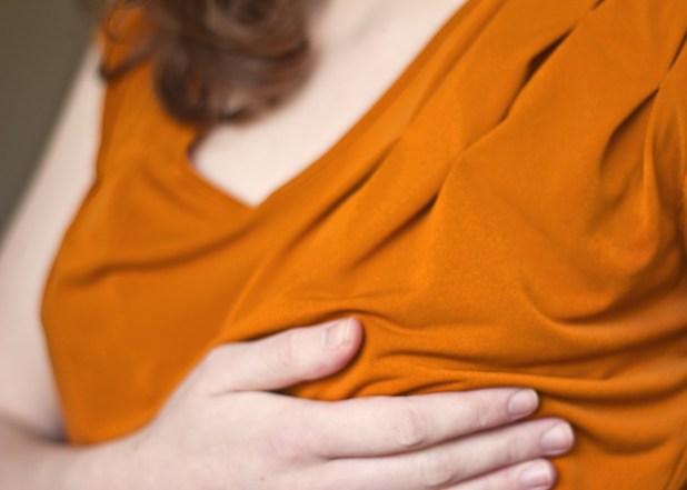 حكة الثدي من علامات الحمل المبكرة