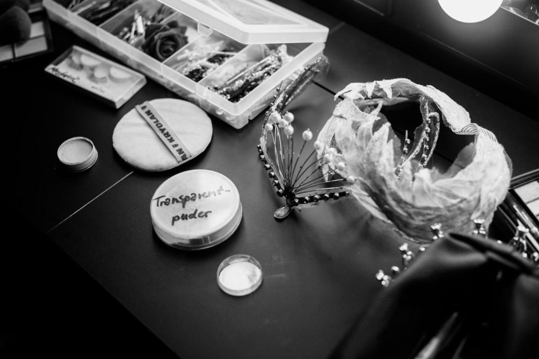 Auf dem Schminktisch einer Tänzerin liegen unteranderem die Accessoires für die Vorstellung.
