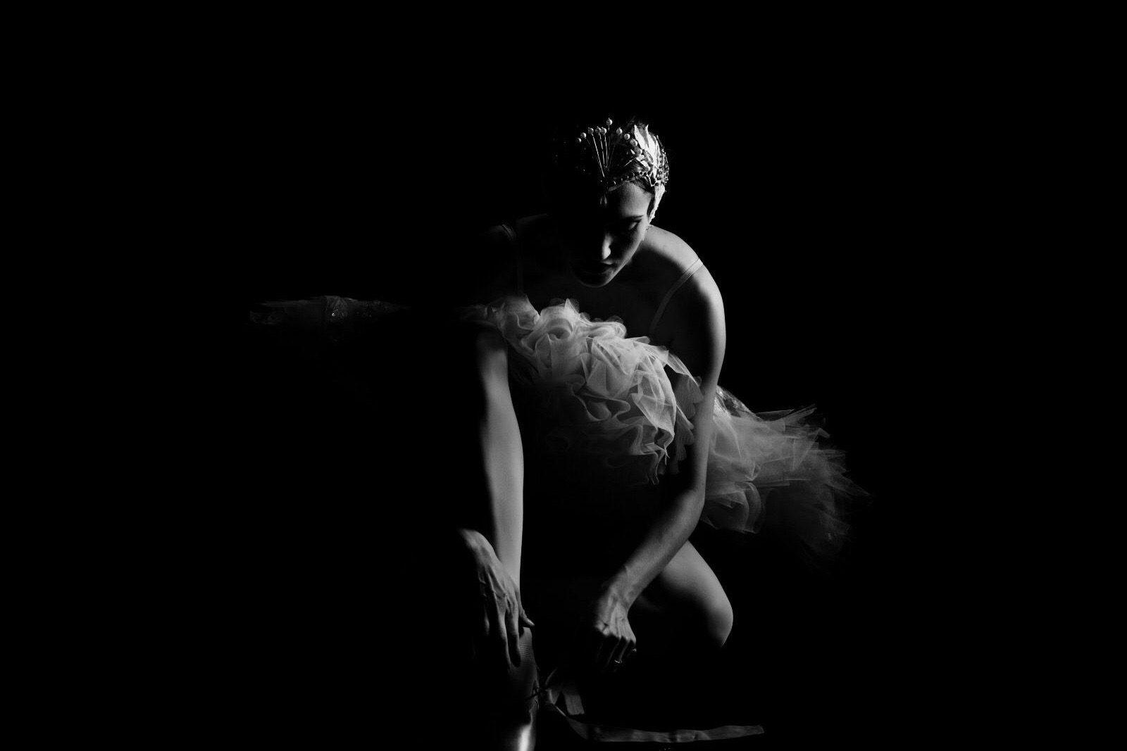 Tänzerin Sarah Mestrovic bereitet sich vor und zieht Ihre Schuhe an.