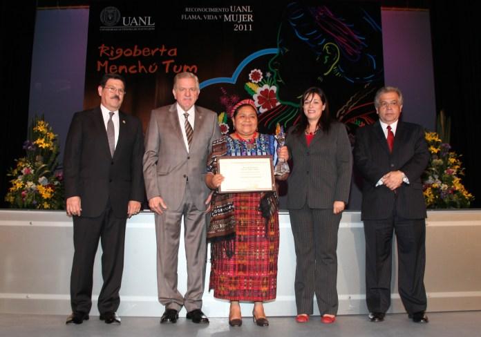 Resultado de imagen para Fotos de Rigoberta Menchú recibiendo el Nobel de la Paz
