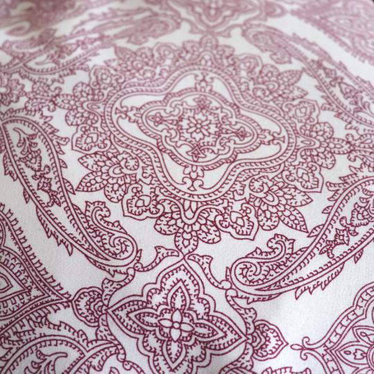 Meditatiekussen crèmekleur met bordeaux motief en velours zijkant