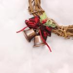 天然物は散らかる!?クリスマスリースの手作りは100均で材料調達