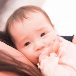 赤ちゃんがえずくのはわざと?吐く理由と指を突っ込んで吐く時の対策