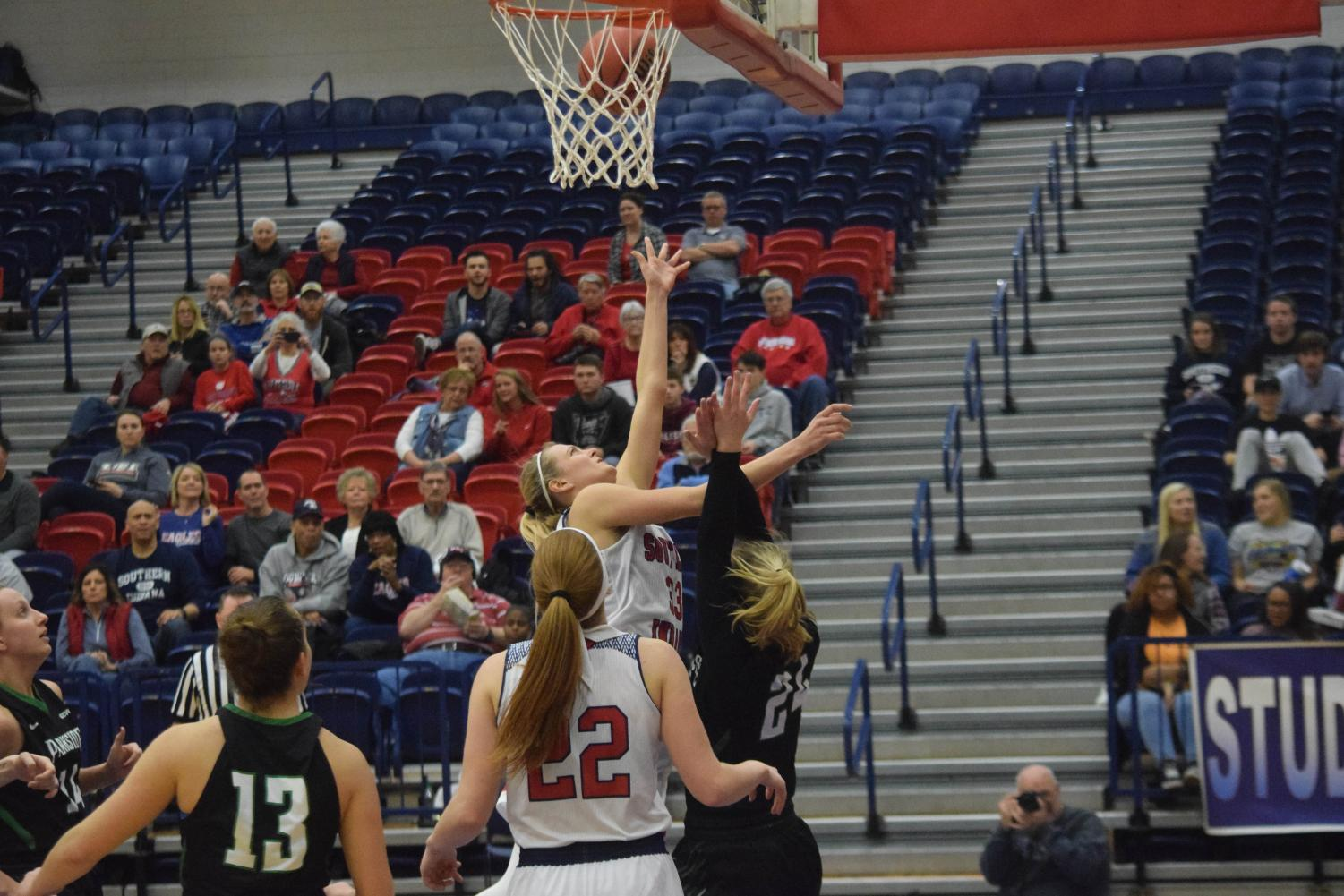 Kaydie+Grooms%2C+senior+guard%2C+goes+up+strong+for+a+layup.