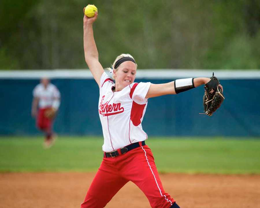 Pitcher+Brooke+Harmening+winds+up+for+a+pitch+during+a+game+in+2015.+Harmening+is+now+a+graduate+assistant+for+the+softball+team+while+working+toward+her+master%E2%80%99s+in+sports+management.