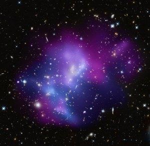 Tässä kuvassa on galaksijoukko, joka on nimetty koodilla MACS J0717, sijaitsee 5,4 miljardin valovuoden päässä. Kuva: ESA Hubble.