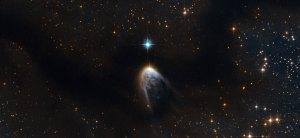 Tässä on IRAS 14568-6304 eli uusi tähti, joka on sytnyt pimeän kaasun keskelle ja on erittäin kirkas ja massiivinen. Kuva: ESA Hubble.