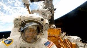Astronautit korjasivat Hubble-teleskoopin lopulliseen kuntoon viidennellä lennolla. Se viivästyi vuoden 2008 lopulla, mutta matkaan päästiin viimein maaliskuussa 2009. Kuva: ESA Hubble.