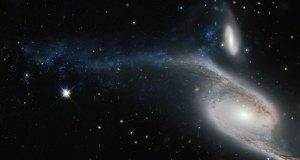Tämä epäsäännöllinen galaksi 300 miljoonan valovuoden päässä on syntynyt yhteentörmäyksestä taustalla näkyvän galaksin kanssa. Törmäys tapahtui joskus 130 miljoonaa vuotta sitten! Kuva: ESA Hubble.