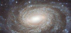 Tämä kaunis galaksi on NGC 6384 ja kuvaan mahtuu paljon Linnunradan tähtiä, koska se sijaitsee samalla suunnalla taivaalla kuin Linnunradan keskusta. Kuva: ESA Hubble.