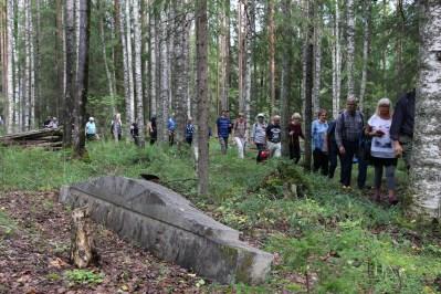Korpiselän hautausmaan osittain pystyyn nostettu hautakivi. Kuva: Teemu T. Mantsinen