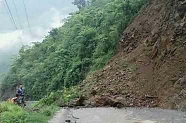 मुग्लिन नारायणगढ सडकखण्डमा भीषण पहिरो,दुई प्रहरीको मृत्यु, दुई बेपत्ता