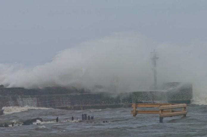 Pogotowie sztormowe w usteckim porcie morskim - ustka24.info