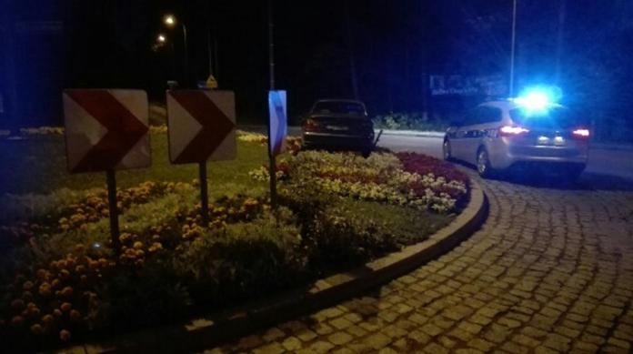 Pijany kierowca skosił rondo przy Intermarche w Ustce - ustka24.info