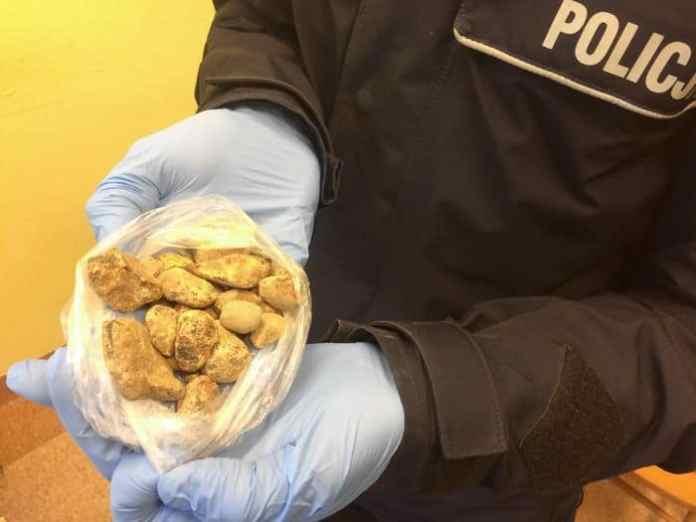 Dwaj mężczyźni nielegalne wydobywali bursztyn na klifie w Ustce - ustka24.info