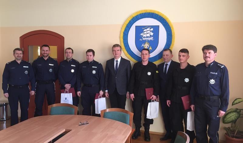 Burmistrz Ustki podziękował policjantom za skuteczną akcję medyczną