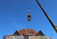 Na dach usteckiego dworca PKP wróciła zabytkowa wieżyczka - ustka24.info