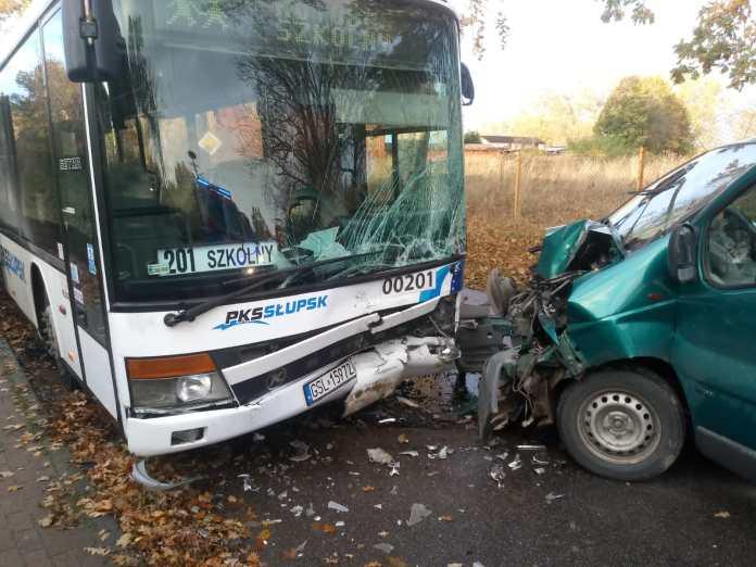 Kolizja autobusu szkolnego i osobówki w Dębinie - ustka24.info