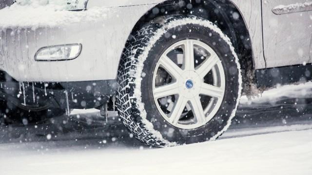 雪道を走るタイヤ