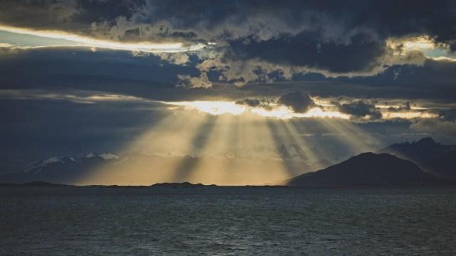 雲の切れ間から海に差し込む光