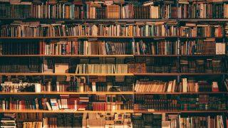 優しい灯りにの照らされる本棚