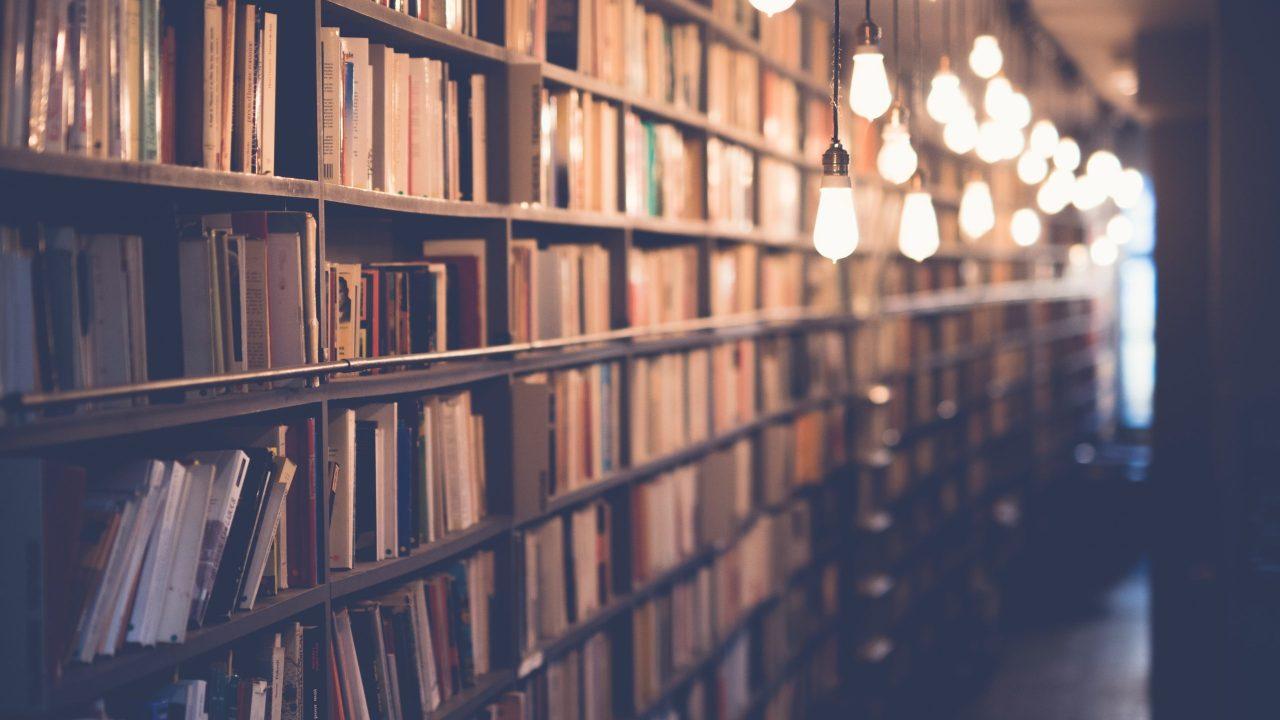 味の有る本棚と明かり