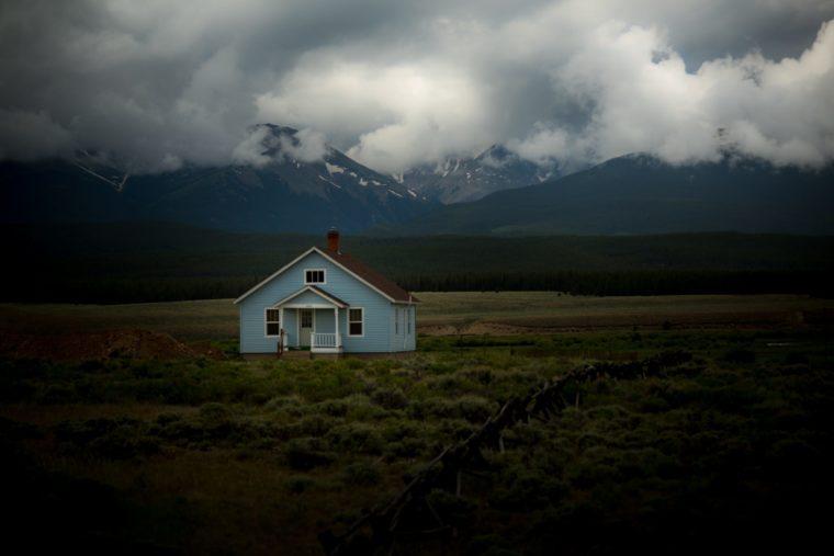 山の麓にある1件の家