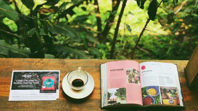 外でコーヒーと読書