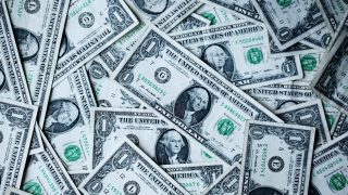 多数の1ドル札が乱雑に置かれている