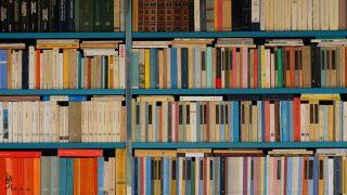 カラフルに色分けされた本棚