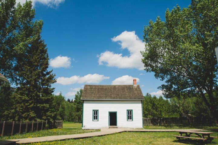 天気の良い草原に一軒家