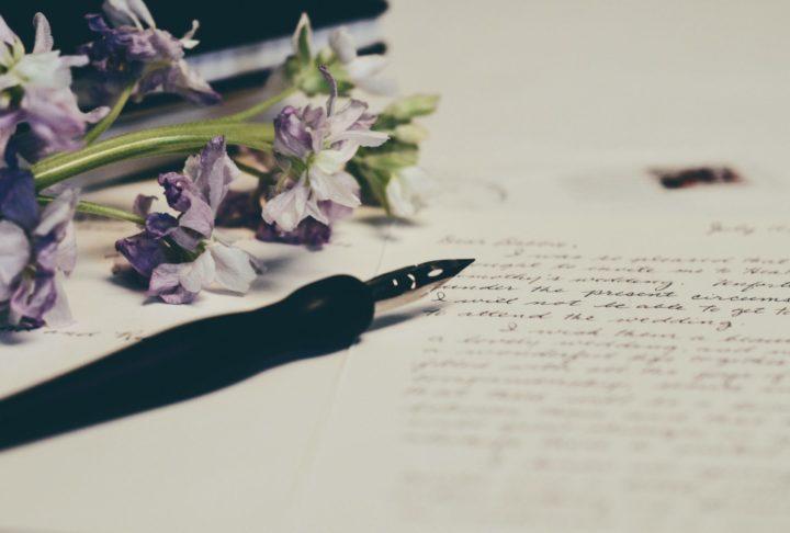 万年筆と花と手紙