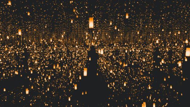 夜空に浮かぶ火