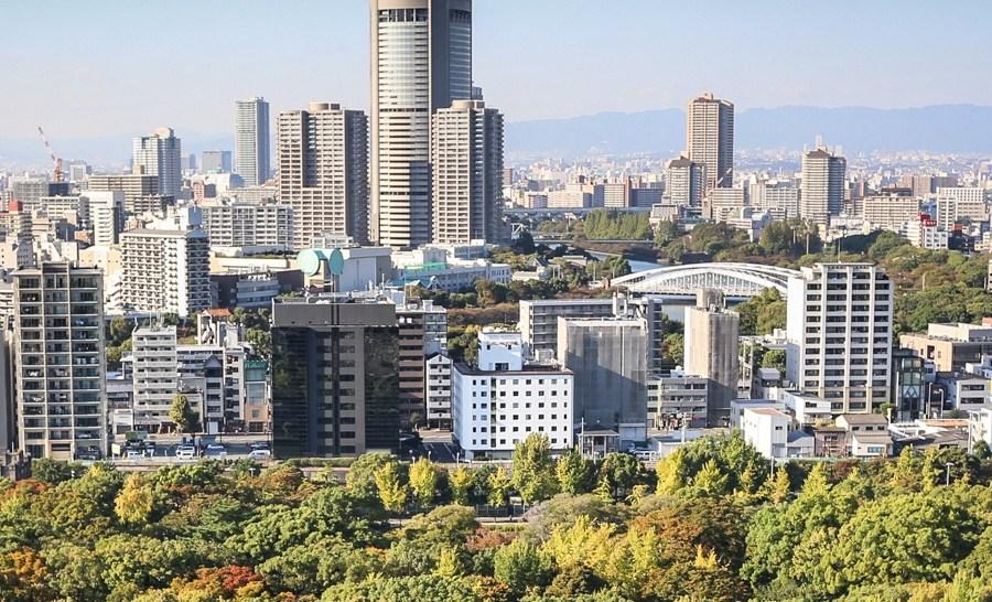 Egy japán várkastély a modern Oszakában