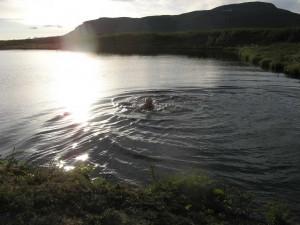 Bad i sjön nordväst om Tjidtjakvalle