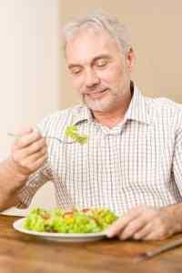 Ta dig tid att äta lugnt så orkar du bättre. Foto: Mostphotos.