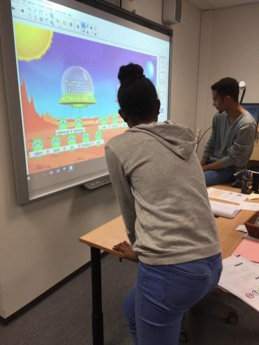 Å la elevene jobbe med sorteing av ordklasser på smartboard gjør gramatikken litt mer spennende.
