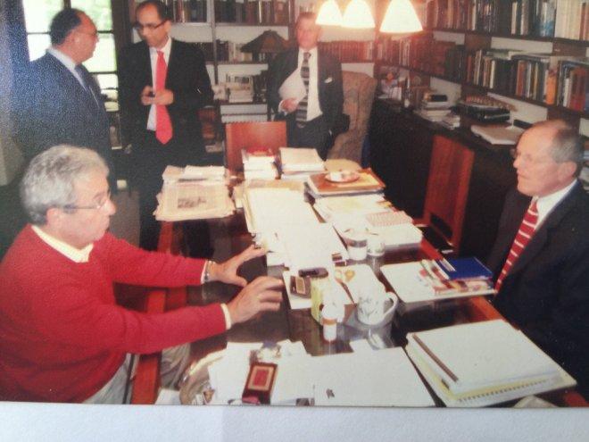 Otero aconsejándole a PPK en la campaña del 2011, cuando PPK perdió. Imagen: Hugo Otero