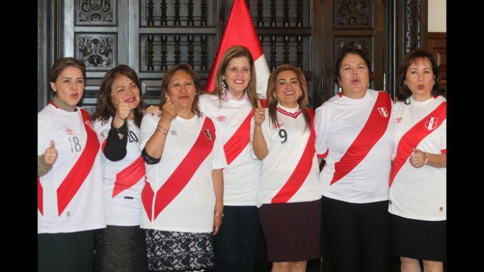 Maritza García al lado derecho de Aráoz. Imagen: La República
