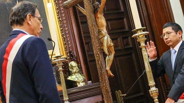 Edmer le jura a Martín que será un buen ministro de Transportes y Comunicaciones. Foto: Gob.pe