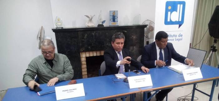 Pedro Salinas, Carlos Rivera y Sigfredo Florián explicaron los detalles de la demanda en una conferencia de prensa el 15 de agosto.