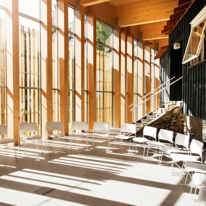 """Læringsdelen av Hegnhuset.. Her ser man hvordan Kafebygget """"hegnes om"""" av nybygget."""