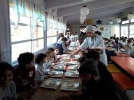 Estudiantes de F.P.B. Deporte y de 1er año de E.M.P. Gastronomía durante el servicio del almuerzo en el comedor escolar.