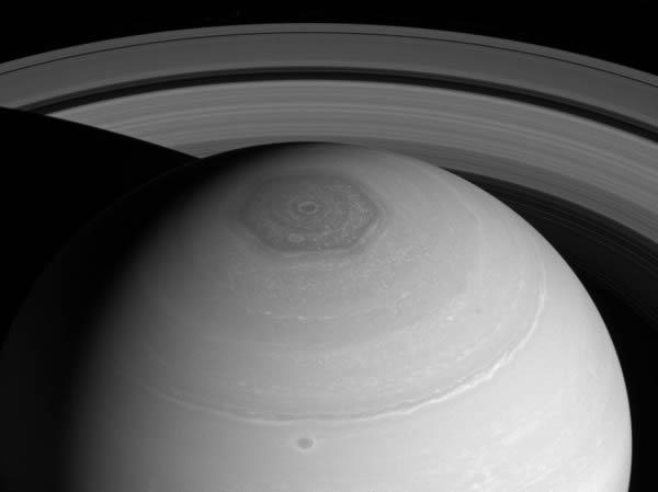 土星探査機「カッシーニ」が2014年に撮影した土星北極の六角形
