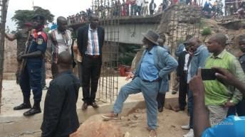 Kavimvira-RDC: Le gouverneur Chishambo visite la construction du pont.