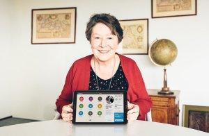 Senior met tablet