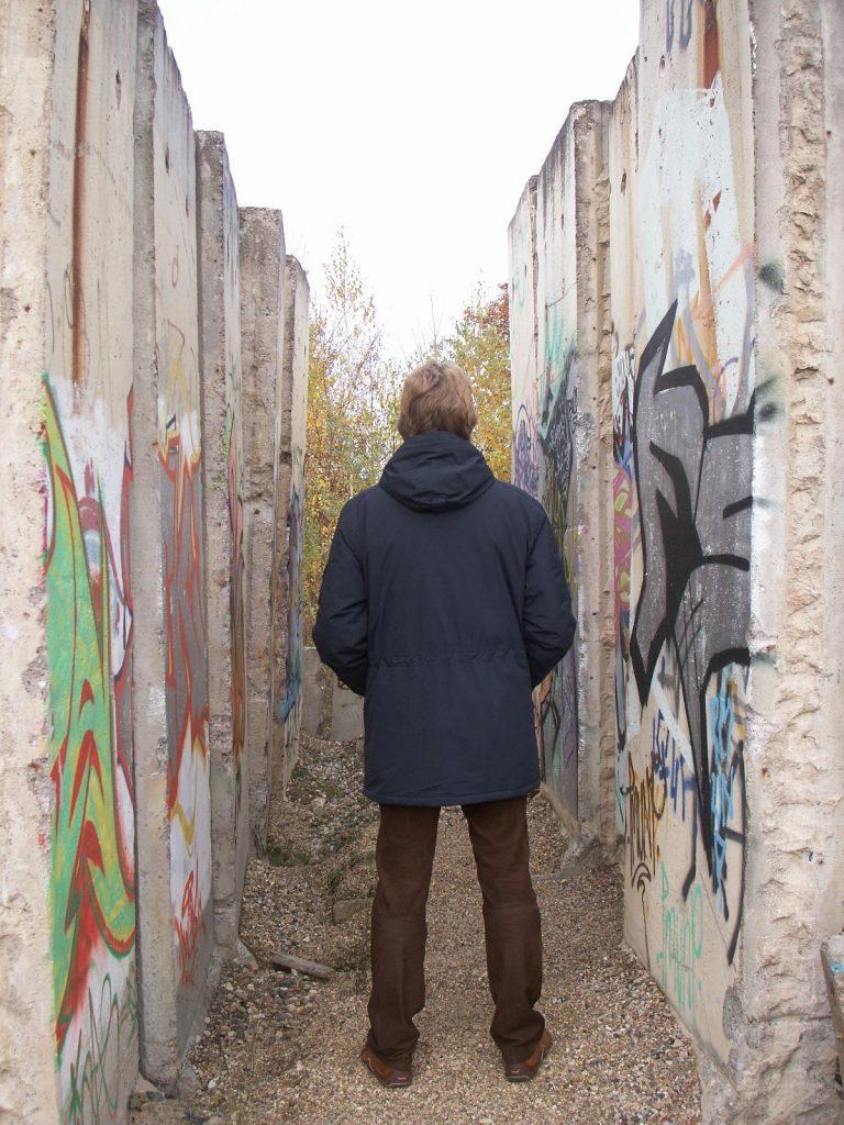 Zwischen den Mauerresten